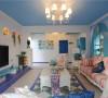 在功能上,客厅的电视柜采用手工堆砌,外贴蓝色马赛克瓷砖的处理方法,使得地中海设计元素贯穿整个空间,电视墙的设计采用了简单蓝色搭配白色墙漆的简单的处理方式,效果非常大方,实用与美观兼收。