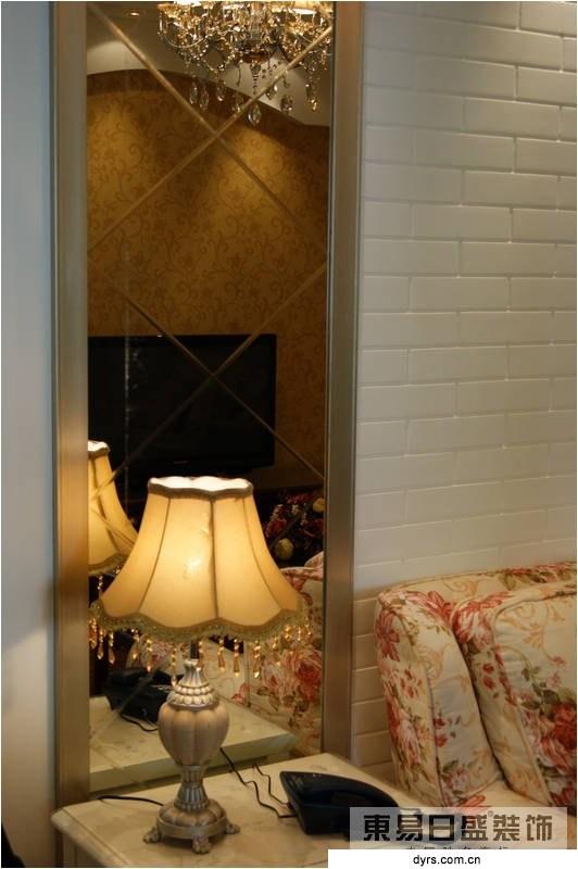 主墙面选择仿古瓷片上墙再深批灰的处理手法,配以欧式花纹墙纸,细节部位及顶面用欧式线条加以装饰
