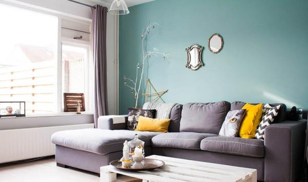 墨绿色的沙发背景墙。简单高贵,给白色的屋子增加了一份宁静。原始木质的家居,让整个家里更加填上了乡村的的色彩。宁静祥和。