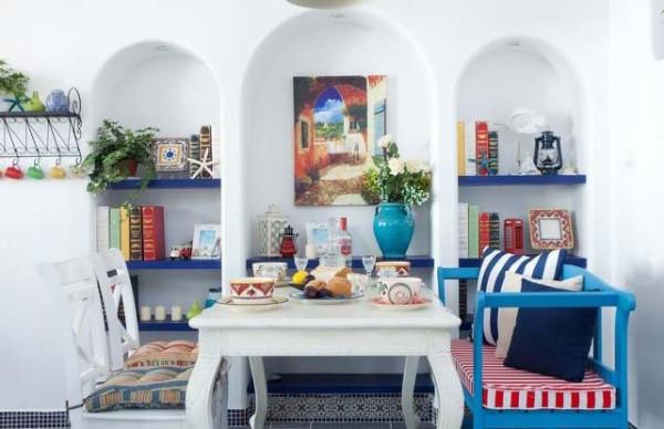 椅子是定做的,喷的天蓝色。红色也是地中海当地很常见的颜色,多用于门窗。在这里用在椅垫上当做点缀。桌子是在本地的家具店淘来的,做旧的白色