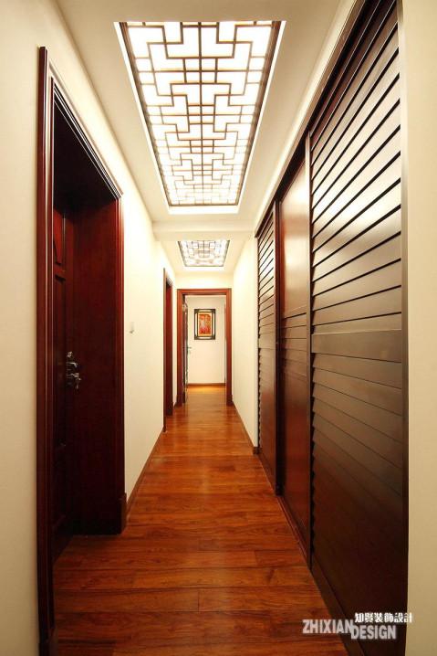 花格窗成为别具魅力的灯饰。走在常常的回廊上,信步走来,可以静静感受着时光的脉动。
