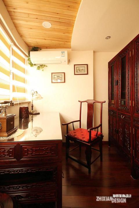 小空间也有大手笔,设计师充分利用空间的临光性,将不大的小室设计为男主人的书房。满目琳琅的红木家合理布局,有理有据