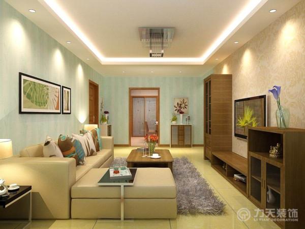 客厅的墙面选用明亮清新的浅色壁纸,冲淡室内的重色,同时与沙发的颜色形成互补,对比中强调了沙发。