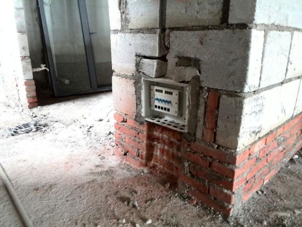 原弱电箱在原厨房门位置,现移一下位置