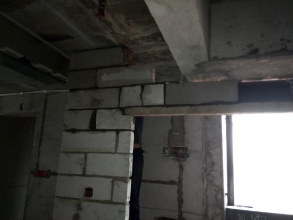 厨房门洞位砌轻质墙,做好门顶护梁