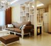 房屋原始结构中沙发背墙是缺失的,在这里做了通顶白色展示搁架的设计。在不影响通风采光的情况下,是沙发有靠,增加了储物功能和展示功能并使空间划分得更加清晰,一举多得