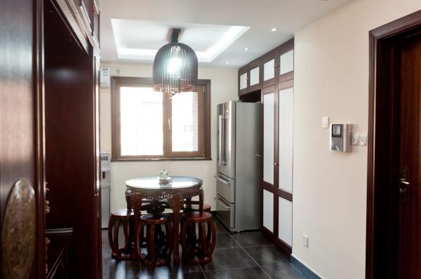 餐厅:餐厅与客厅是贯通的,颜色也以暖色为主,延伸了客厅的主色调,使空间更连贯。简洁的跌级吊顶,跟客厅的设计相互呼应。