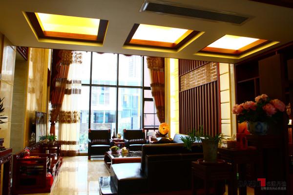 名雕丹迪设计--金地九珑璧别墅--新中式客厅:选用深色木制家具及极少的金属装饰;色彩以深褐色、红、等色调相配合;舒适、自然地把东方味道发挥得淋漓尽致,看似随意却又经得起时间的推敲。