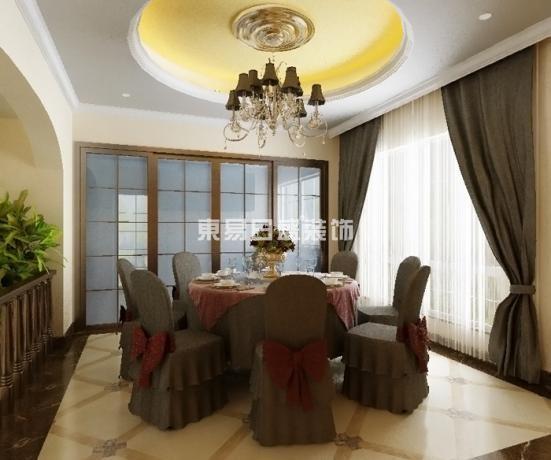 客厅的大部分在调控结构之下,大面积的玻璃窗带来了良好的采光,落地窗帘很是气派。将传统欧式家具的奢华与现代家具的实用性完美结合。