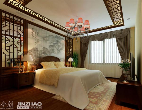 顶面大面积以白色衬托,墙面大面积贴壁纸,顶面的装饰木线贯穿始终,使整个空间一瞬间变得典雅高贵。