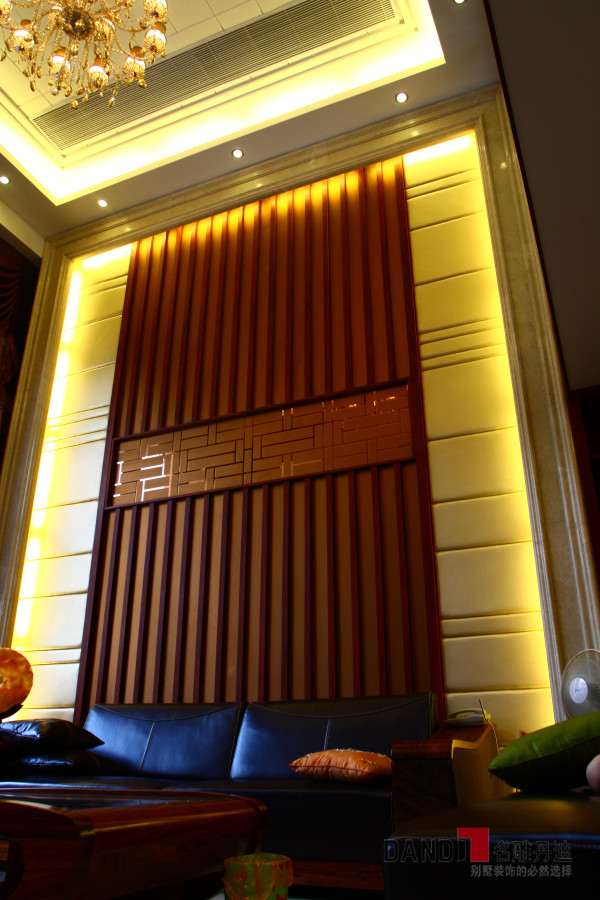 名雕丹迪设计--金地九珑璧别墅--新中式客厅沙发背景:木质条纹结合黄色软包装墙面,时尚而简约。