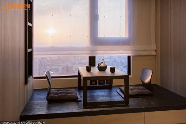 坐倚卧榻泡茶区谈心、沏茶,视觉飨宴由室内木纹纵横交错,转换出日落时刻的瑰丽壮阔。