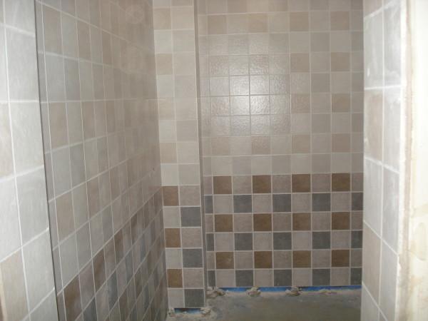 房间贴上瓷砖的实景图