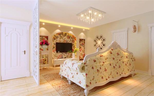 客厅以欧式田园、简洁大方造型墙配以碎花纹壁纸做背景墙。直线条造型顶配以筒灯,明快简约。整个空间清新淡雅中不失奢华,黄色纹理地毯和及方形水晶灯的运用,提亮了空间色调