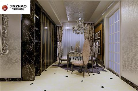 餐厅:银箔壁纸为主打基调,木质地板为底为女主人留白,作为家居生活的温馨照片墙,颇具情调。