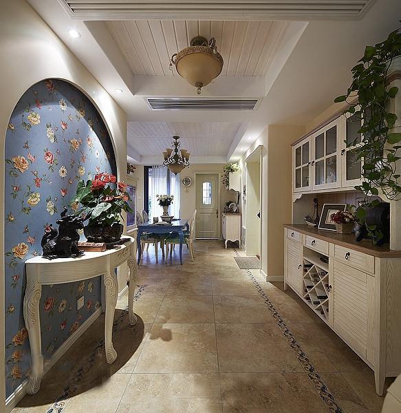 装饰与应用于一体,在柜门等组合搭配上避免琐碎,显得大方、自然,让人时时感受到地中海风格家具散发出的古老尊贵的田园气息和文化品位