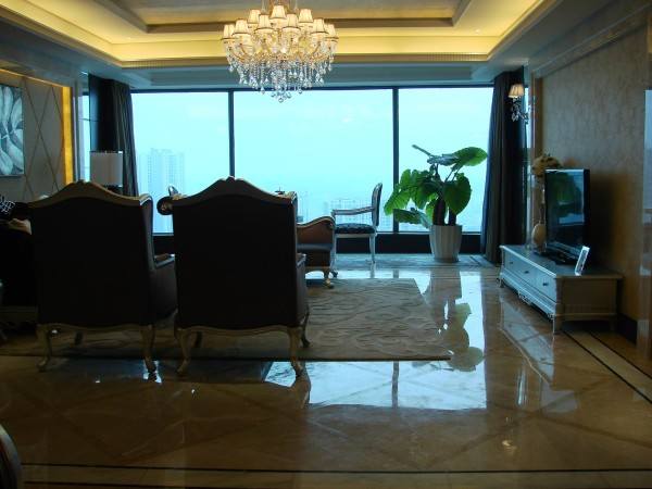 在客厅,石膏线的运用凸显了欧式风格,使用黄色和红木色,使古典的欧式风格融入了现代设计的细节。