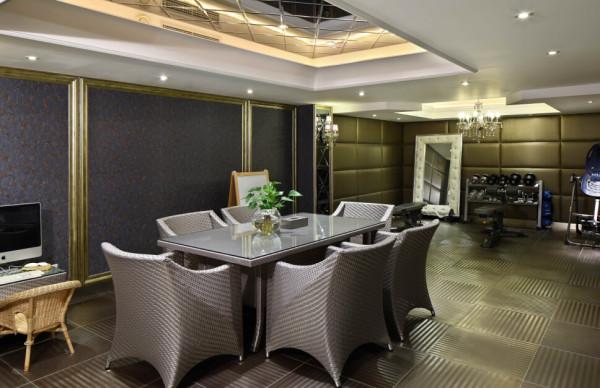 冷酷的金属砖、银灰色的家具、墙顶的软包和镜面烘托出现代前卫的风格。