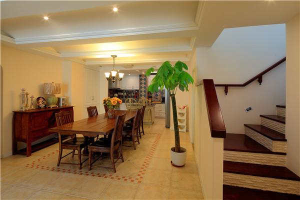 木质可以诠释,温馨舒适的居家美学,让我们优雅就餐。灰色的楼梯优雅的盘旋而上,动静结合,让我们诗意的栖居。
