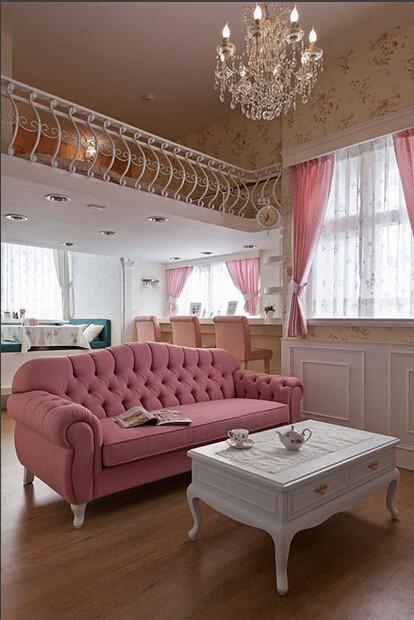 这个角度可以看到客厅的整体,以及上层卧室的一角,客厅的时尚水晶吊灯