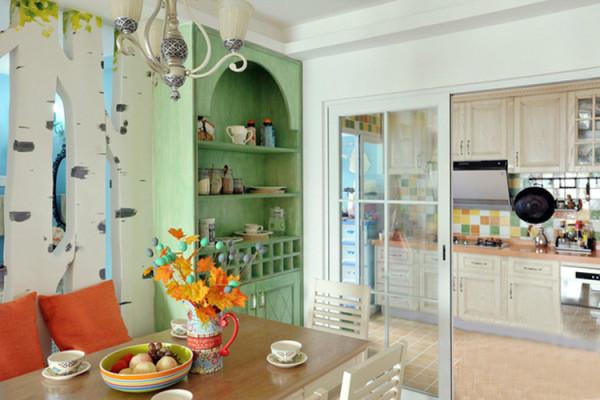 玻璃推拉门充当厨房与餐厅的隔断门,视线不受阻挡,可以很清晰地看到厨房光景