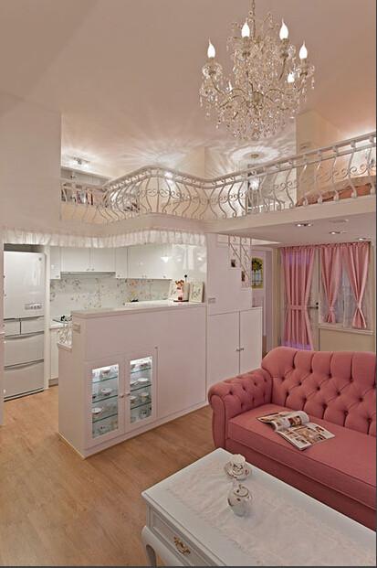 换个角度看室内的整体,这个角度可以看到厨房以及上层的灯光效果,客厅的时尚吊灯