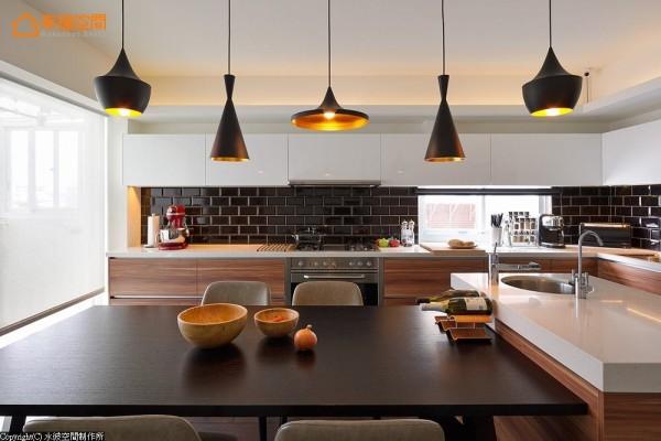开放弹性的餐厨规划,以特色吊灯点缀出更加丰富的主题层次。