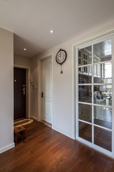 厨房的门是滑动透明玻璃做的。