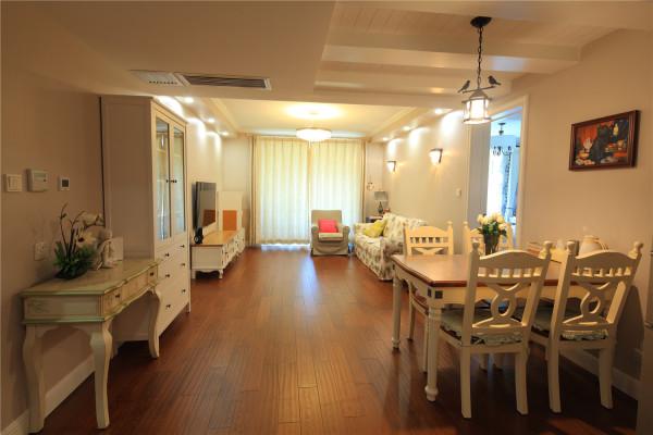 餐厅和客厅的通透设计,简约又实用,同时 也最大限度的提高了感光度!