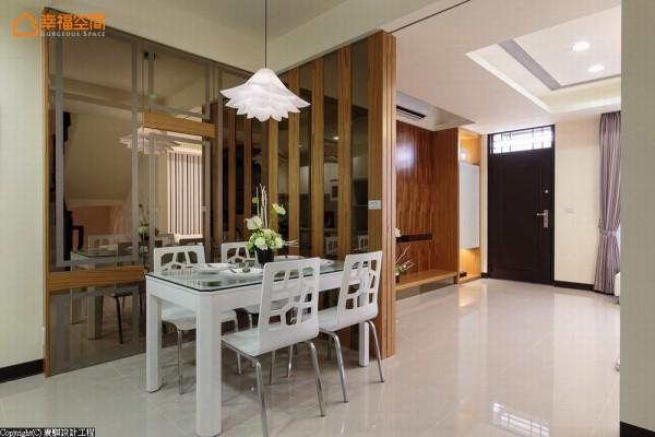 现代感家具与茶镜主墙上的几何饰条,共构餐厅设计感表情。
