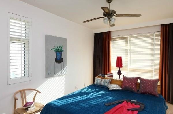 卧室没必要塞得满满当当,简简单单的一张床,头顶设计精致的百合吊扇,在夏天的午后,就能轻易的入梦