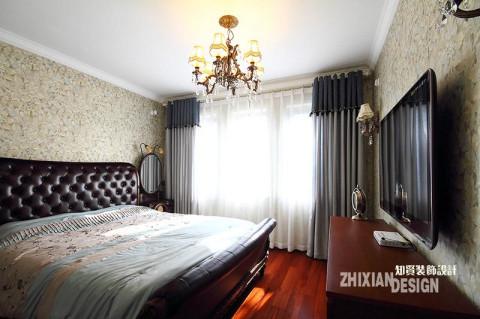 简欧皮质大床,垂坠感极强的蓝灰色窗帘,别致的梳妆镜,花色荼蘼的壁纸,华美的吊灯,多元素叠加,打造出低调奢华的卧房空间。