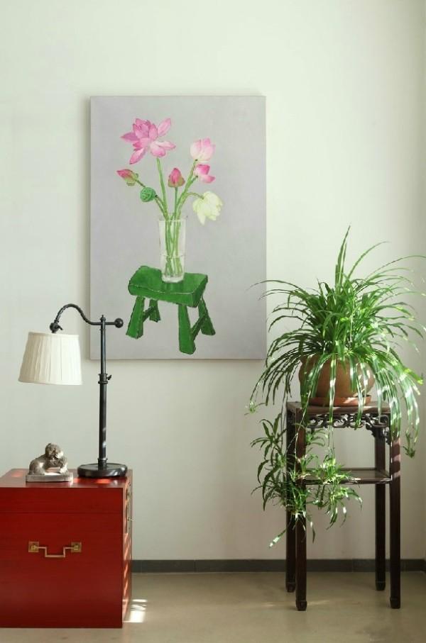 复古的朱红色小木箱子和台灯,不染尘垢的莲花,繁茂的绿色植物搭配自然和谐的洁净感
