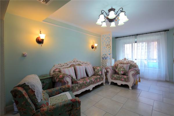 浅蓝色的壁纸和欧式的沙发充满了地中海的味道!