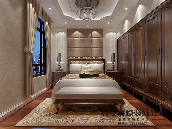 次卧的吊顶同样选择了凹槽式的异性吊顶,整个空间贴花式壁纸,床头背景选用床头软包,给人舒适感。