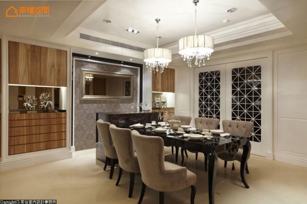 厨房门片为双开门形式,不但让动线更为宽敞容易出入,也营造出大宅应有的气度。