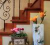 设计师通过一盆花的装饰,使得整个房间都很温馨,舒适,浪漫