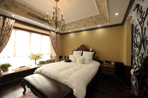 名雕墅派整装定制—星河时代复式——美式卧室:家私厂定制实木墙裙、实木衣柜、实木房门是整装定制的一个特色体系,床上用品是突出温馨的最好的装饰品。