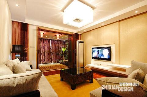 浅色打底,柚木色点睛的客厅空间。浅淡的米色壁纸,映衬亮白的灯光,温暖加倍。蓬松的棉质沙发,为这温暖添了慵懒的气质。原本轻质的现代空间,却因这携刻异域风情的柚木色,平淡温柔的现代居室于是有了典雅的雍容