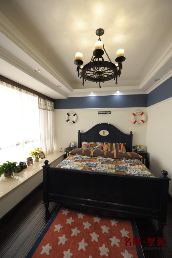 名雕墅派整装定制—星河时代复式——美式卧室:空间色彩以白色、蓝色为主,床和床头柜都是以白色和牛仔蓝为主,床品也是蓝色白色的条纹套装。汽车、公仔等玩具对于一个三岁的小孩来说正是他的兴趣所在。