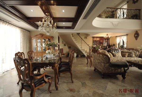 星河时代复式——美式客厅是接待客人和家人活动的主要场所,两组双人沙发的配置,让客厅饱满而丰富,深色的主调性,是这套案例的精神色,配合实木花色布艺的沙发,是人们渴望归于稳重、大方、高档的栖息之地。