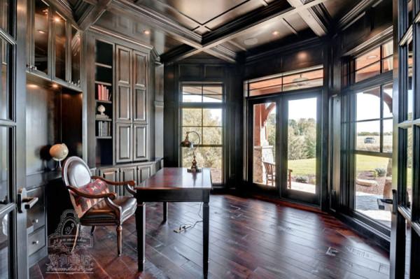书柜和吊融为一体,让整个空间显得非常大气。多扇落地窗的设计也给整个空间增加了亮度。