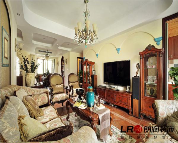 客厅主要是古典美式的味道,相对繁复的吊顶,深色实木家具,浓浓美式风情的家具配饰,异域风情完美呈现。