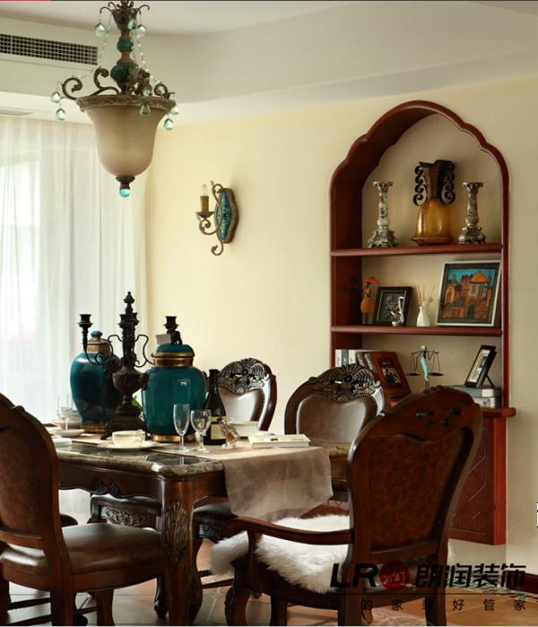餐厅的背景墙造型精美别致,还是美式风情的味道哦!家的氛围很浓。