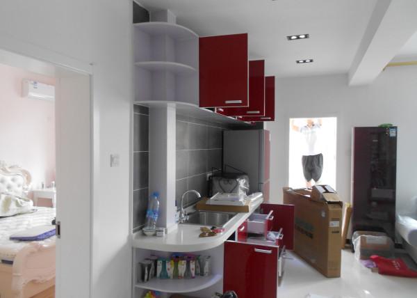 红色的橱柜,给家里带来一些活泼的氛围。