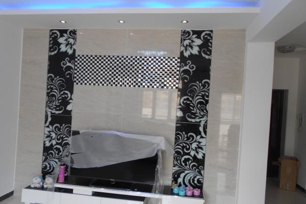 电视背景墙,黑色的雕花玻璃与马赛克。