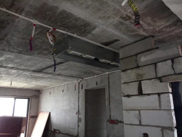 餐客厅做空调风管机,侧回侧出风。检修口在厨房,厨房做铝扣天花