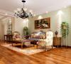 客厅沙发背景贴上简单偏绿的壁纸,显现出田园的绿色生机。