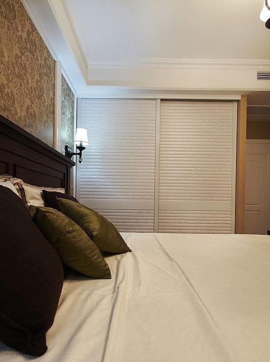 主卧室的衣帽柜的柜门处理可以避免了床对着卫生间的尴尬,使空间看起来更整体,。主卧与客房的墙体的之字形改变不浪费储物空间,但增加了主卧电视背景墙的面积,让主卧的布局更舒适。