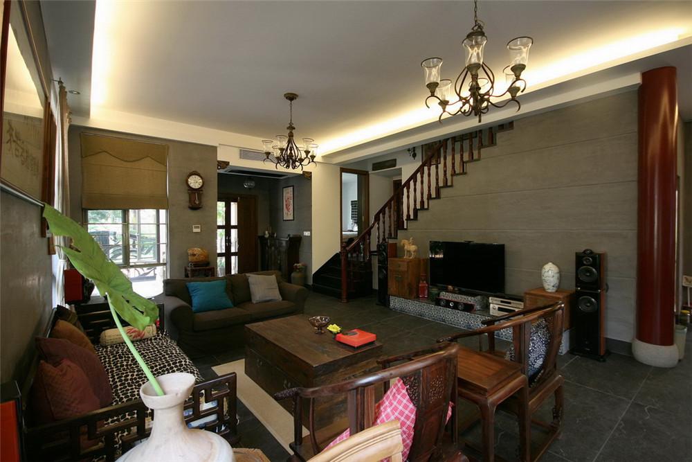 设计理念:在这套别墅中也希望带有这些元素,通过与客户一起选购一些古旧木质构件和家具,为的是将古朴中式情调更好地呈现出来,无论是灰色的墙面,仿古砖的地面,古旧木家具无一不散发出古朴的韵味,